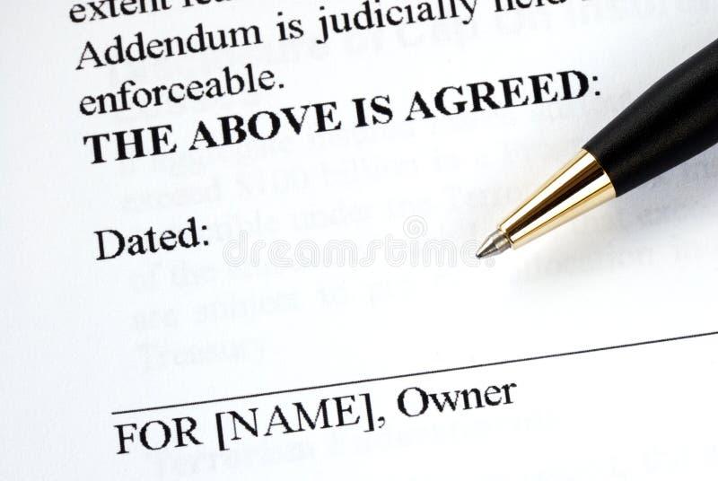 Ondertekent het wettelijke document royalty-vrije stock foto's