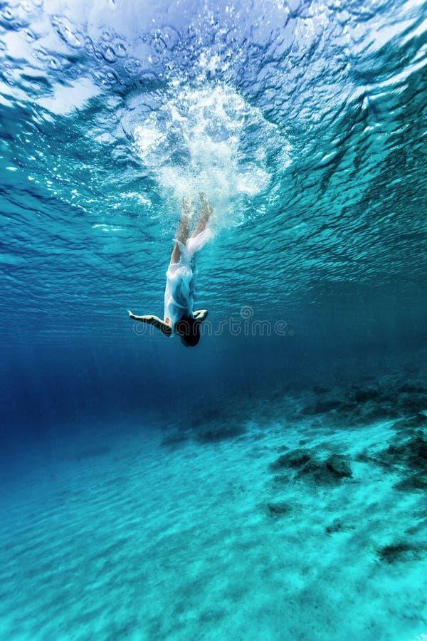 Onderwater dansen royalty-vrije stock afbeelding