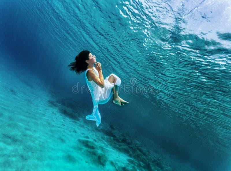 Onderwater dansen stock afbeeldingen