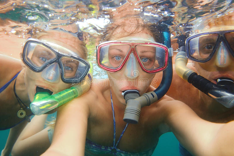 Onderwater foto van jongeren die bij tropische oceaan snorkelen stock fotografie