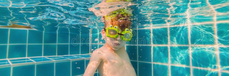 Onderwater Jonge Jongenspret in het Zwembad met Beschermende brillen De Pretbanner van de de zomervakantie, LANG FORMAAT stock afbeeldingen