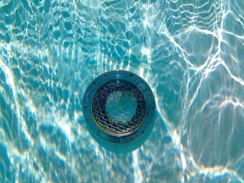 Onderwater zwembadlicht met zonbezinningen stock fotografie