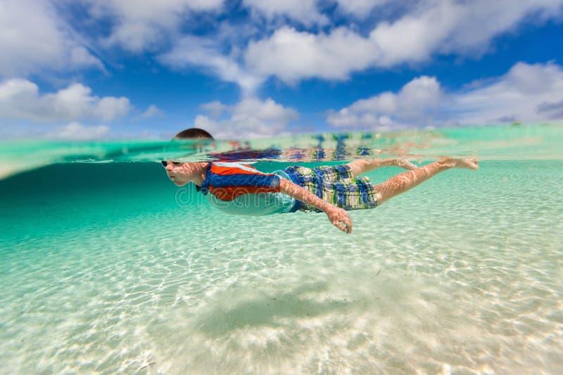 Onderwater zwemmen van de jongen stock foto's