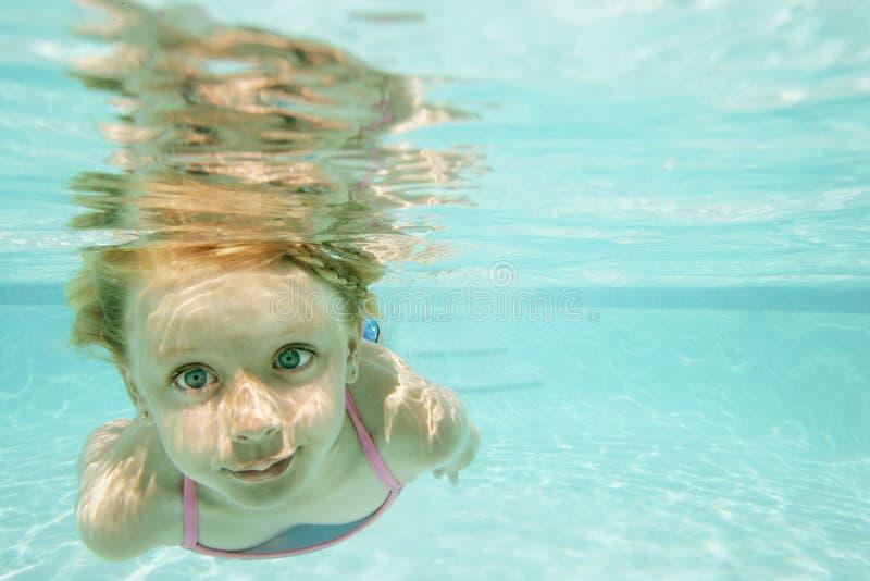 Onderwater zwemmen van het meisje royalty-vrije stock foto