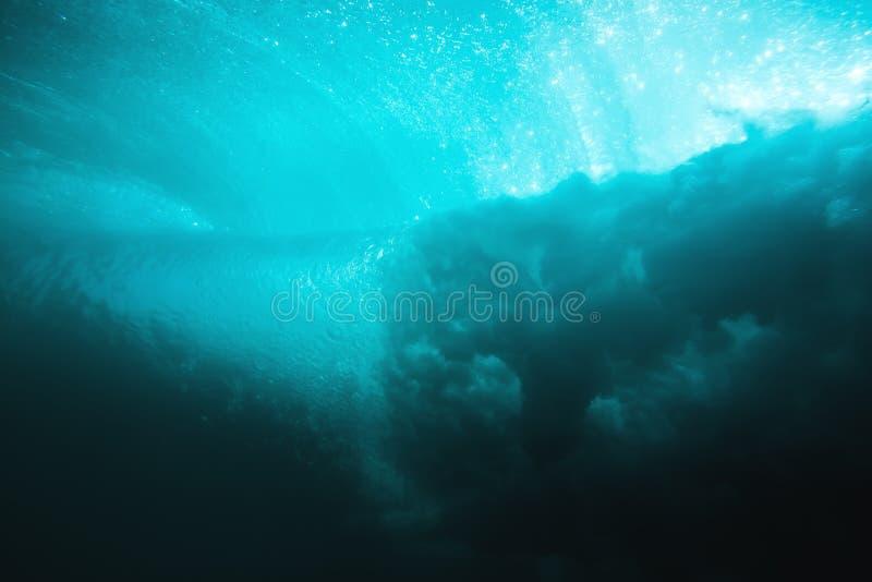 Onderwaterbrandingsgolf in tropische overzeese en zonstralen Watertextuur in oceaan stock afbeelding