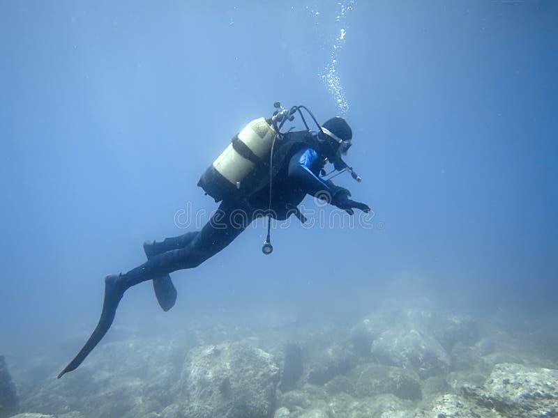 Onderwaterduiker in onderwaterwereld royalty-vrije stock afbeelding