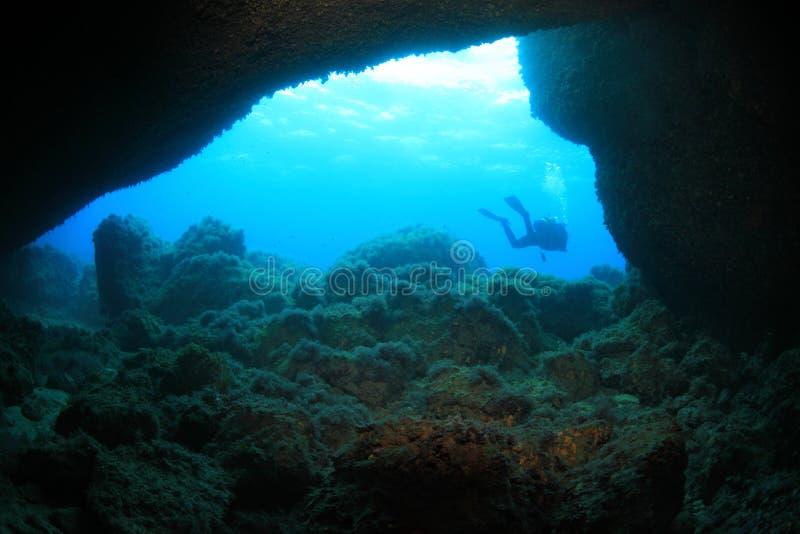 Download Onderwaterhol stock afbeelding. Afbeelding bestaande uit oceaan - 39110555