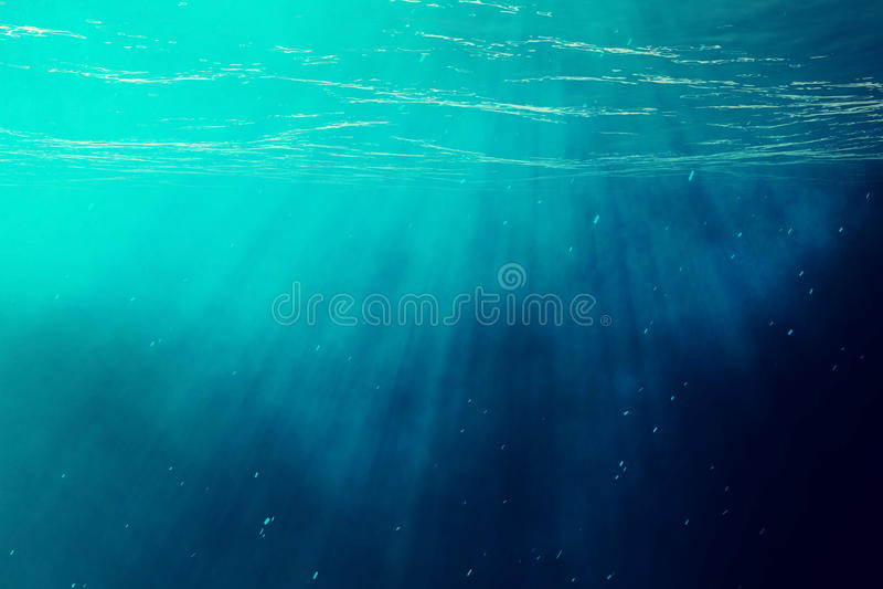 Onderwateroverzees, oceaan met lichte stralen 3D Illustratie stock foto's