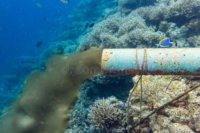Onderwaterrioolpijp stock afbeeldingen