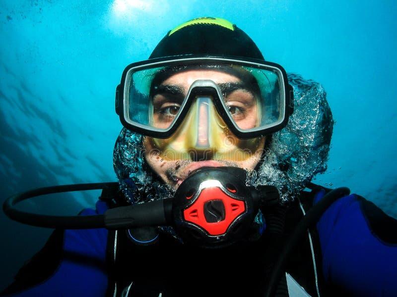 Onderwaterscuba-duiker die zelfportret maken of selfie stock afbeeldingen