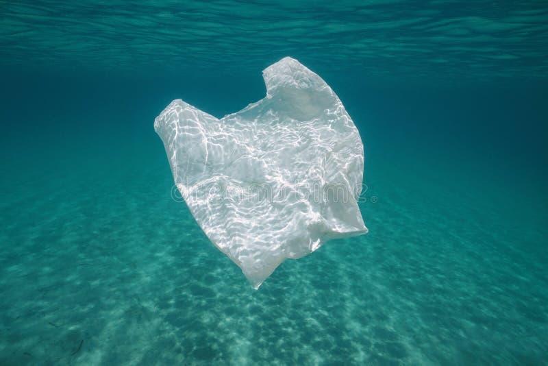 Onderwaterverontreinigings plastic zak in het overzees stock afbeeldingen