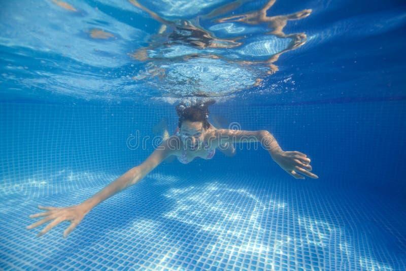 Onderwatervrouw in zwembad royalty-vrije stock afbeeldingen