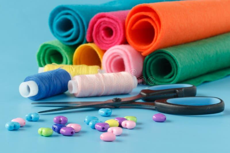 Onderwerpen voor het naaien van kleren Spoel van draad, schaar, linten, royalty-vrije stock afbeelding