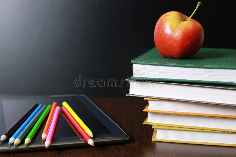 Onderwijs een appel en boeken stock foto
