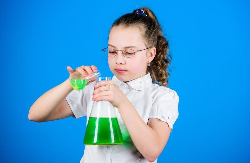 Onderwijs en kennis Bilogyles van de kindstudie Terug naar School wetenschapsonderzoek naar laboratorium Klein schoolmeisje klein stock foto