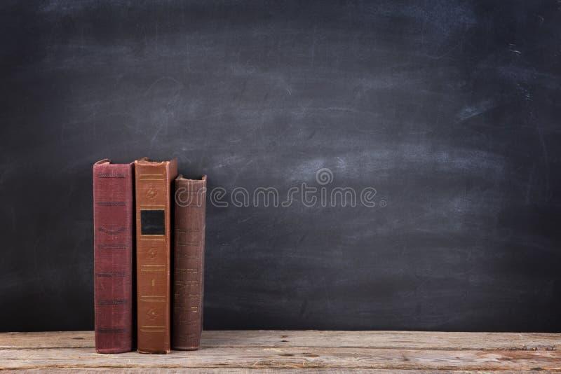 Onderwijs en lezingsconcept - groep boeken op de houten lijst stock afbeelding