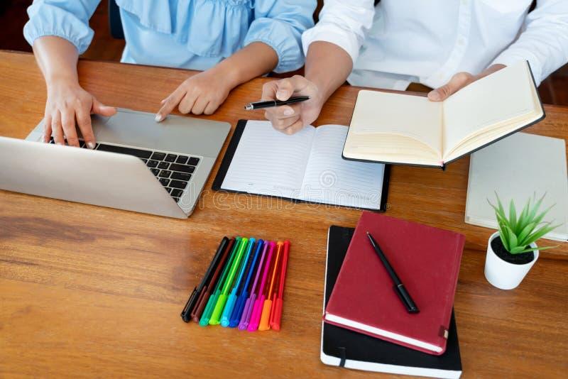 Onderwijs en schoolconcept, studentencampus of klasgenoten die tutorings de achterstand inlopende vriend voor een test of een exa royalty-vrije stock fotografie