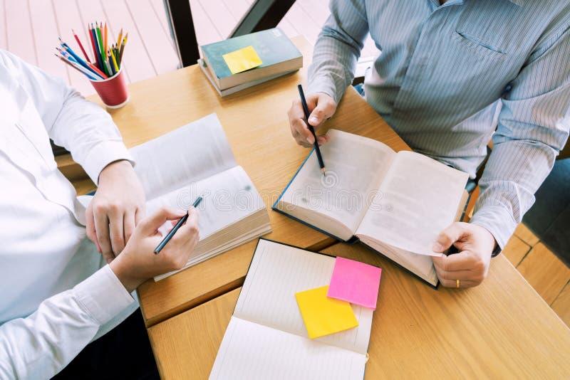 Onderwijs en schoolconcept, studentencampus of klasgenoten die tutorings de achterstand inlopende vriend voor een test of een exa stock foto