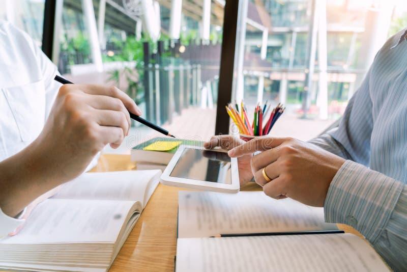 Onderwijs en schoolconcept, studentencampus of klasgenoten die tutorings de achterstand inlopende vriend voor een test of een exa royalty-vrije stock foto