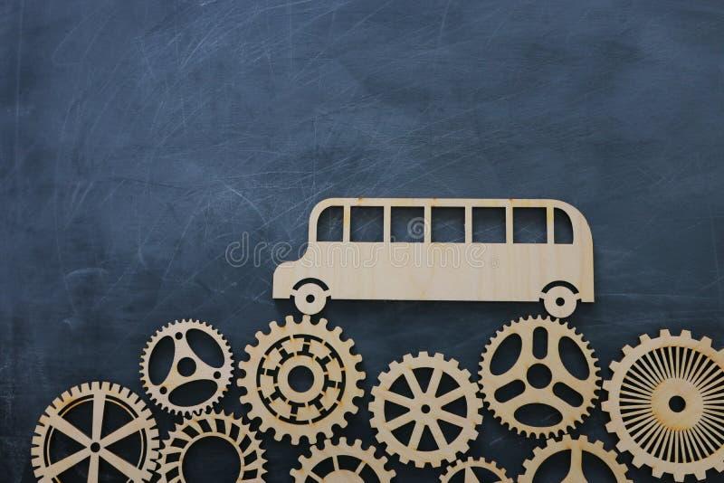 Onderwijs en terug naar schoolconcept Hoogste meningsfoto van schoolbus over houten toestellen als concept succes en voltooiing e stock afbeeldingen