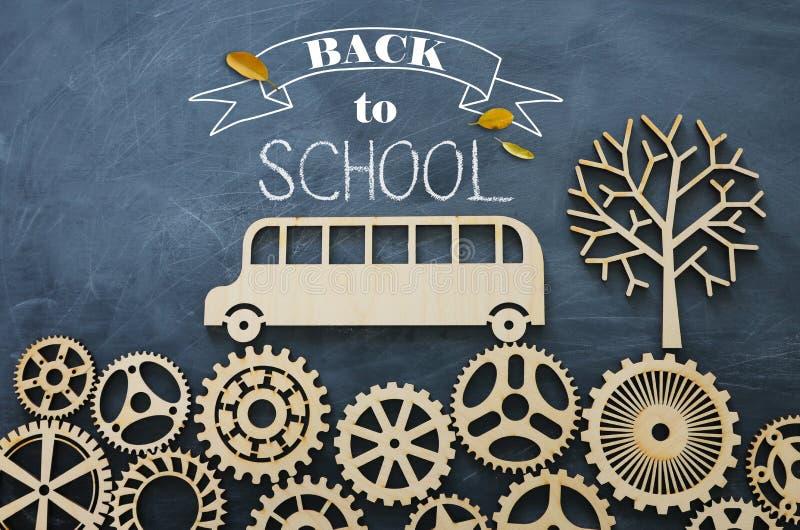 Onderwijs en terug naar schoolconcept Hoogste meningsfoto van schoolbus over houten toestellen als concept succes en voltooiing e royalty-vrije stock foto's