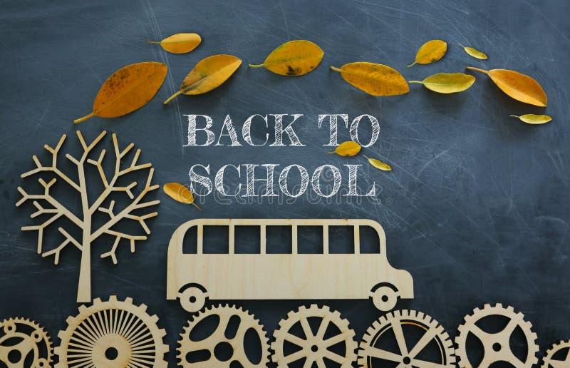 Onderwijs en terug naar schoolconcept Hoogste meningsfoto van schoolbus over houten toestellen als concept succes en voltooiing e royalty-vrije stock foto