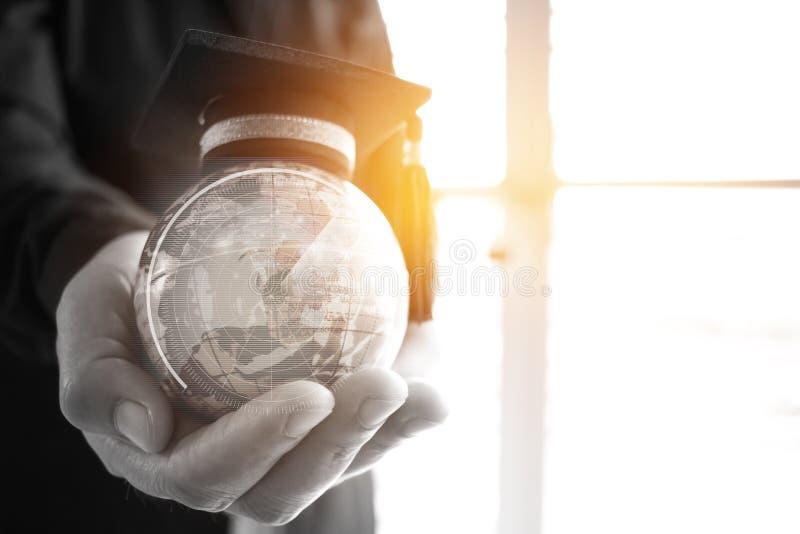 Onderwijs in Globaal, Graduatie GLB op de Aarde van de Zakenmanholding royalty-vrije stock afbeeldingen