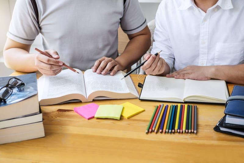 Onderwijs, het onderwijs, het leren, technologie en mensenconcept Tw stock afbeeldingen