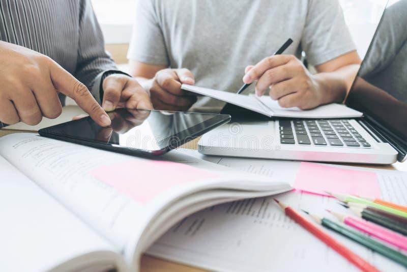 Onderwijs, het onderwijs, het leren, technologie en mensenconcept Tw stock afbeelding