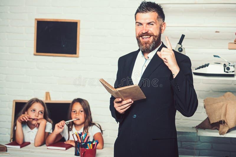 Onderwijs in kennisdag onderwijs op school voor meisje met het gebaarde boek van de leraarsholding royalty-vrije stock foto's