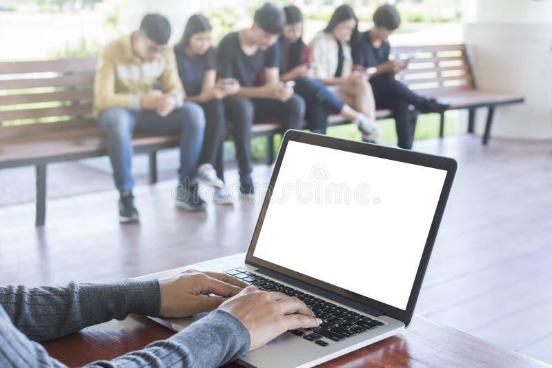 Onderwijs, middelbare school, technologie en mensenconcept royalty-vrije stock foto's