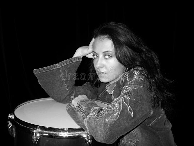 Onderwijs online of privé voor muziekvaardigheden op trommels muziekonderwijs voor jonge vrouw het onderwijs van de muziekschool stock foto's