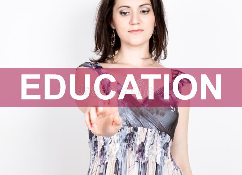 Onderwijs op het virtuele scherm wordt geschreven dat Technologie, Internet en voorzien van een netwerkconcept vrouw in een zwart stock afbeelding