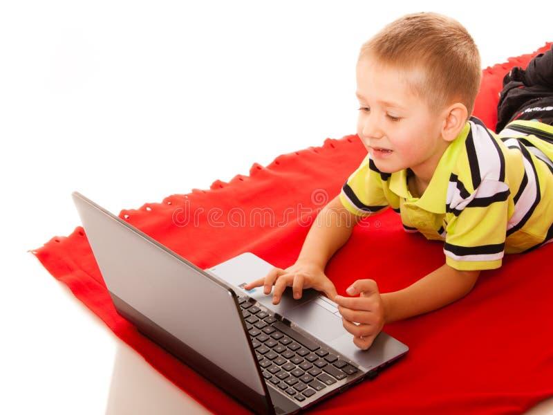 Onderwijs, technologie Internet - weinig jongen met laptop stock afbeeldingen