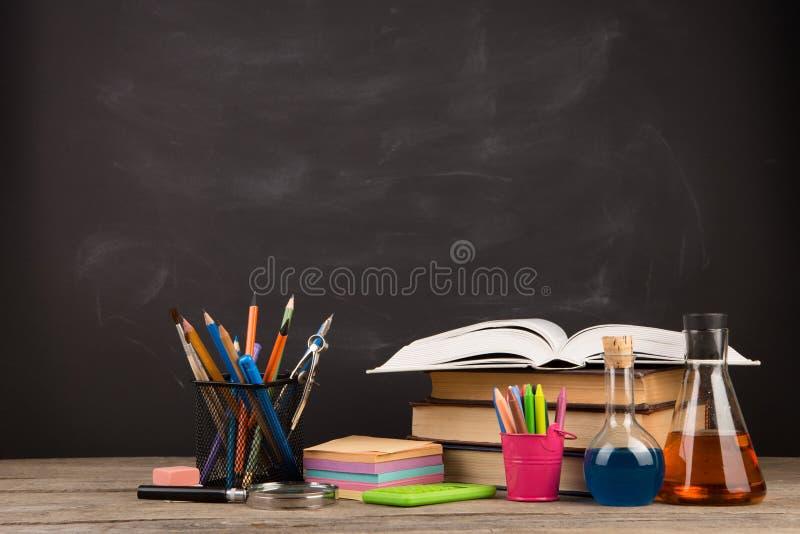 Onderwijsconcept - boeken op het bureau in het auditorium royalty-vrije stock foto's