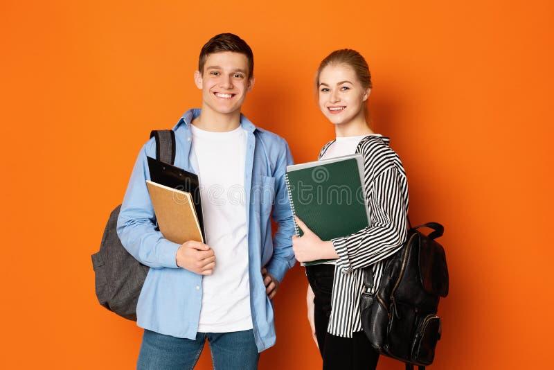 Onderwijsconcept Classmates poseren met oefenboeken stock afbeelding