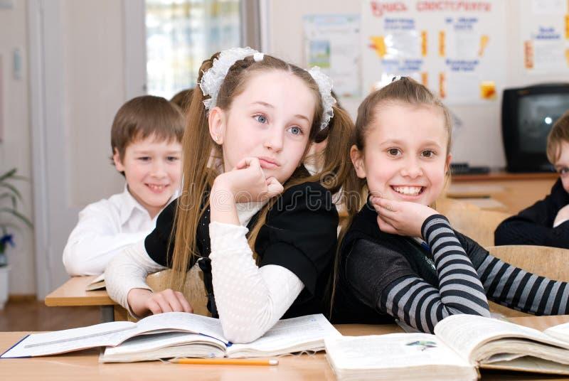 Onderwijsconcept - Schoolstudenten bij de klasse stock afbeeldingen