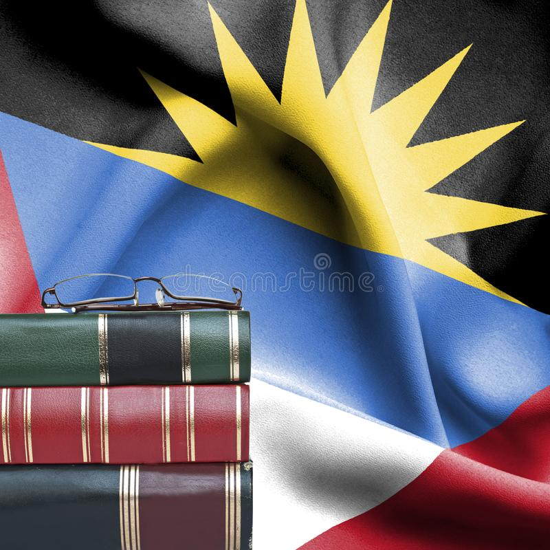 Onderwijsconcept - Stapel boeken en lezingsglazen tegen Nationale vlag van Antigua en Barbuda royalty-vrije stock afbeeldingen