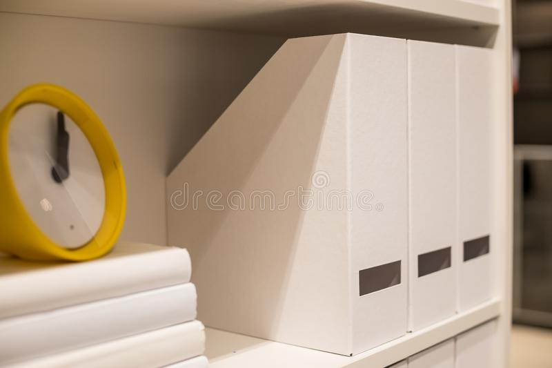 Onderwijsconcepten, bureauomslagen met boeken in lagen , Bedraagt de klok showtime 13 klokt, wat de uiterste termijn is royalty-vrije stock afbeeldingen