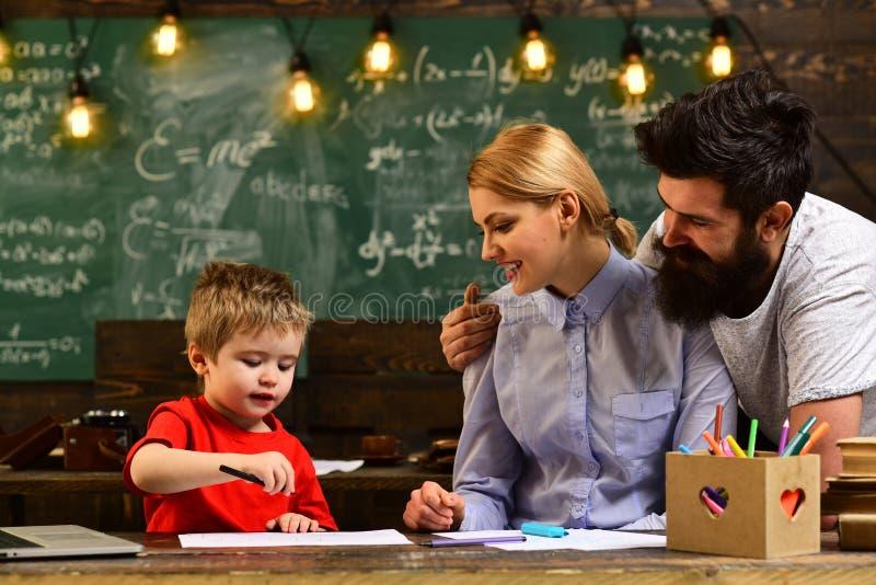 Onderwijsgraduatie en mensenconcept - succesvolle privé-leraar in mortierraad, Vriendschappelijke leraar en volwassen glimlachend royalty-vrije stock foto's