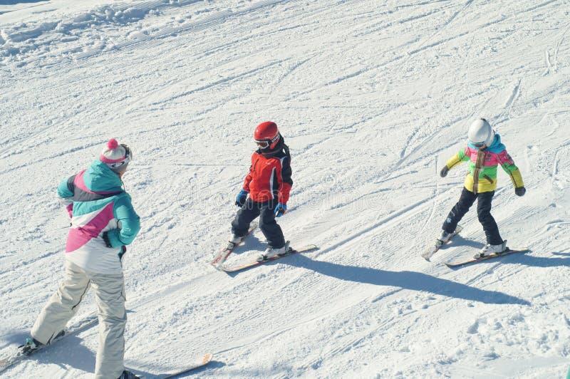 Onderwijzende jonge skiërs stock fotografie
