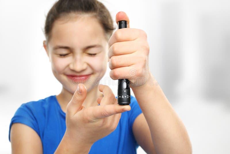 Onderzoek de niveaus van de bloedsuiker Preventie van diabetes in kinderen stock afbeelding