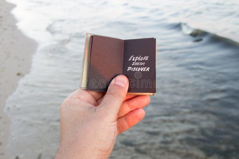 Onderzoek Droom ontdekken Boek, inschrijving, en zandig strand Reisidee stock foto's