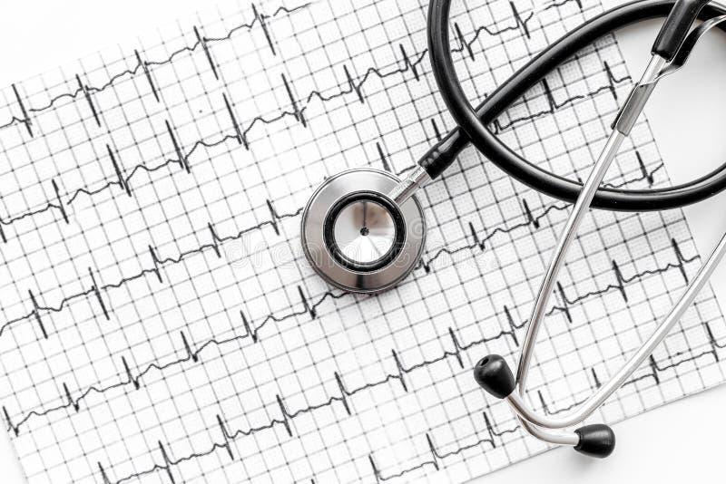 Onderzoek het hart om hartkwaal te verhinderen Stethoscoop op cardiogram hoogste mening als achtergrond royalty-vrije stock fotografie