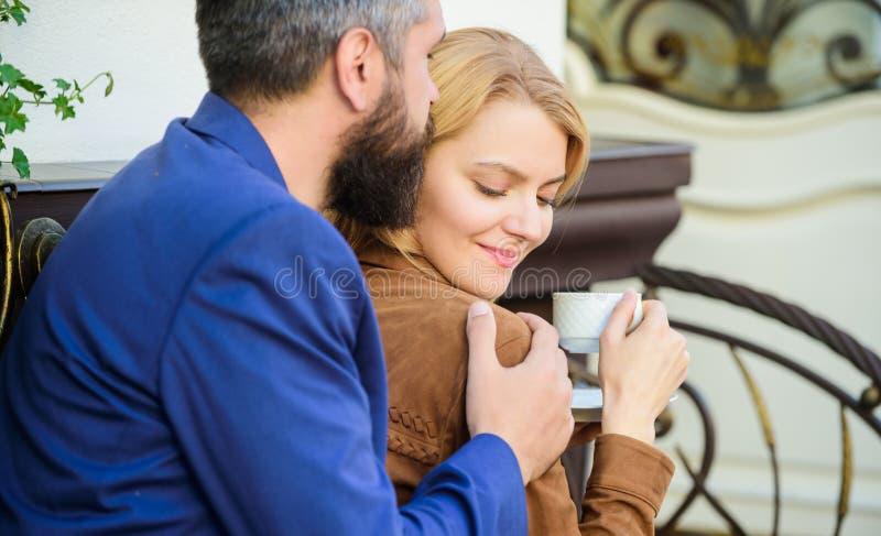 Onderzoek koffie en openbare ruimten Gehuwd mooi paar die samen ontspannen gelukkig samen Paar het terras van de geknuffelkoffie stock afbeelding
