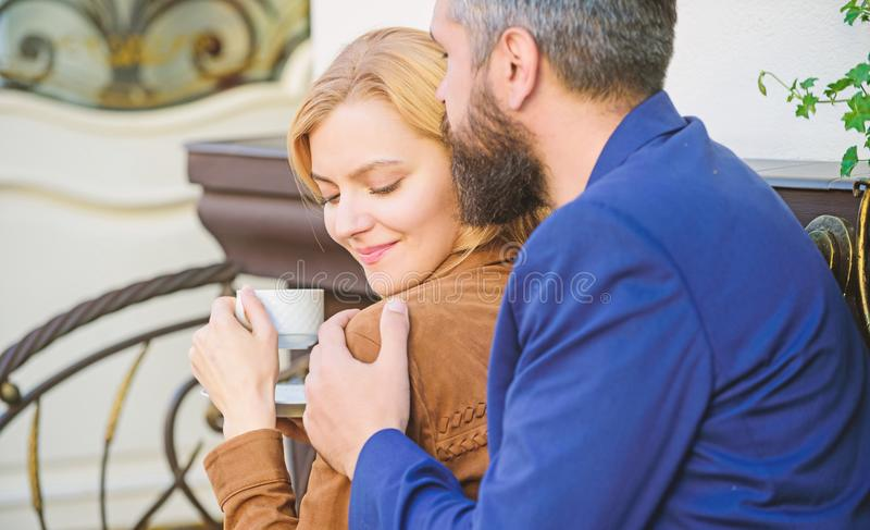 Onderzoek koffie en openbare ruimten Gehuwd mooi paar die samen ontspannen gelukkig samen Paar het terras van de geknuffelkoffie royalty-vrije stock fotografie