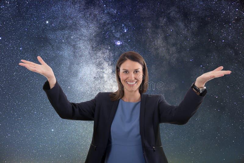 Onderzoek ruimte De vrouw onderzoekt ruimte royalty-vrije stock fotografie