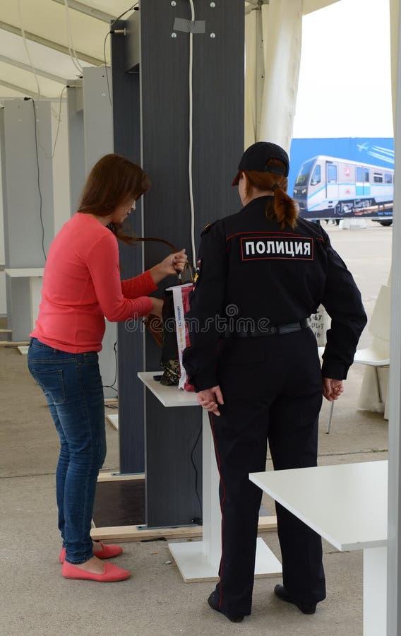 Onderzoek van bezoekers bij Internationale luchtvaart en ruimtesalon maks-2013 De baan van de politie royalty-vrije stock fotografie