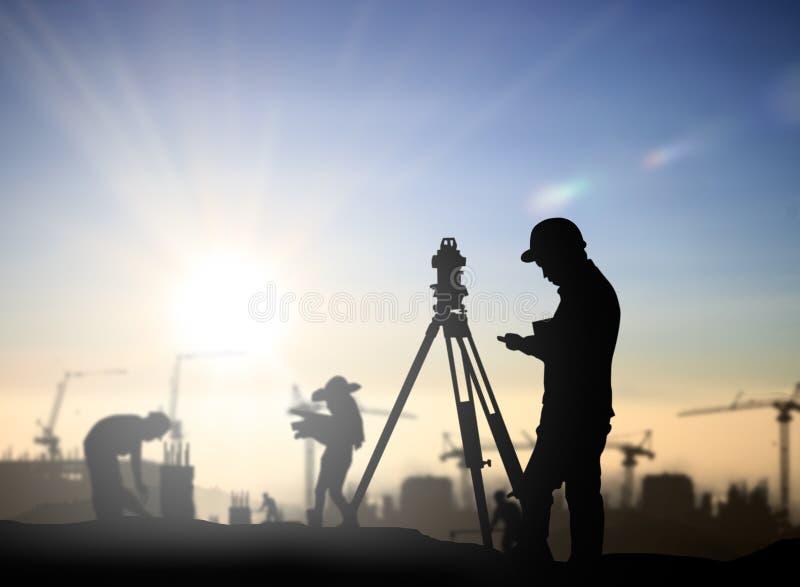 Onderzoek van de silhouet het zwarte mens en civiels-ingenieurtribune op grond w stock afbeelding