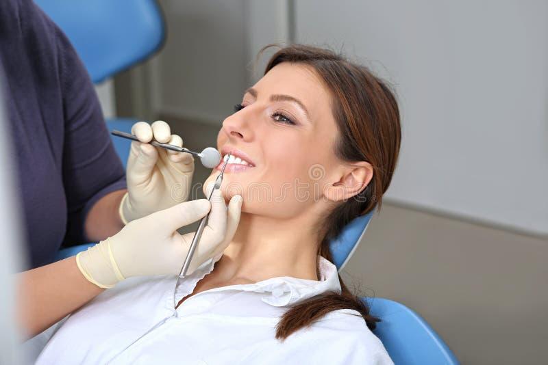 Onderzoek van de tanden in het bureau van de tandarts royalty-vrije stock foto